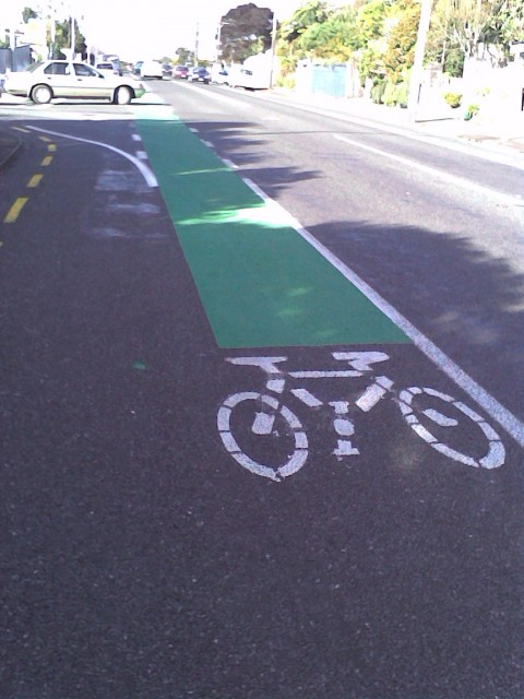 Green paint marking appearing in New Plymoth's cycle lanes: Mangorei Road/Rimu Street intersection